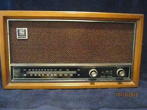 Vintage Magnavox Solid State Am FM Table Top Radio Wood Cabinet Works Great